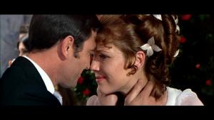 """Fotograma de la Película """"007 al servicio de su majestad"""" en la boda con la que culmina el filme"""