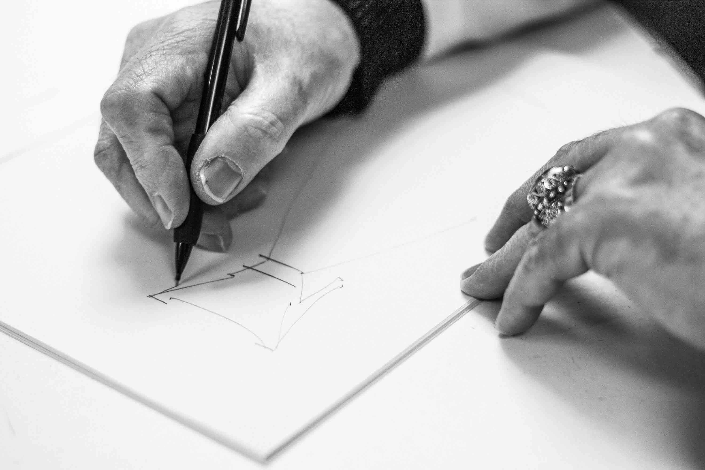 Luis Alonso Diseñador realizando un boceto de una de sus creaciones
